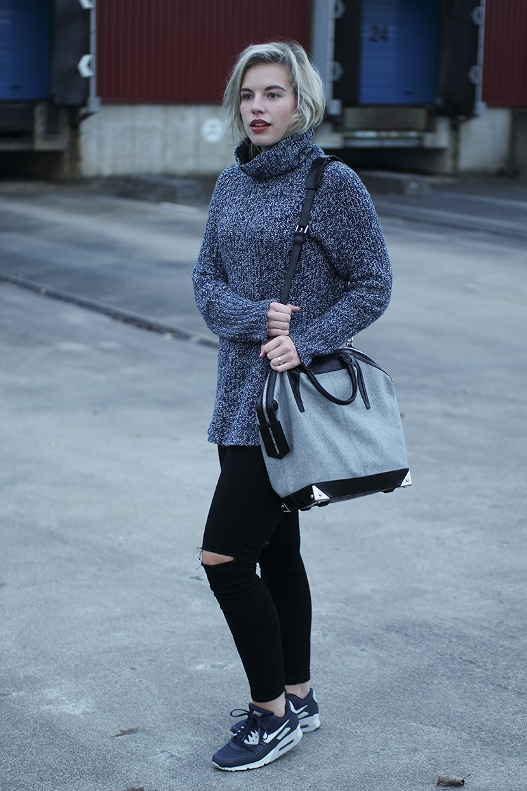 RED REIDING HOOD: Fashion blogger wearing H&M turtleneck outfit ripped jeans