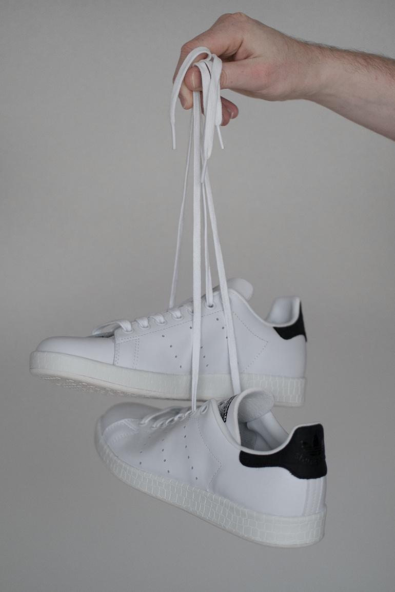 RED REIDING HOOD: Fashion blogger Adidas Stan Smith white black sneakers omoda