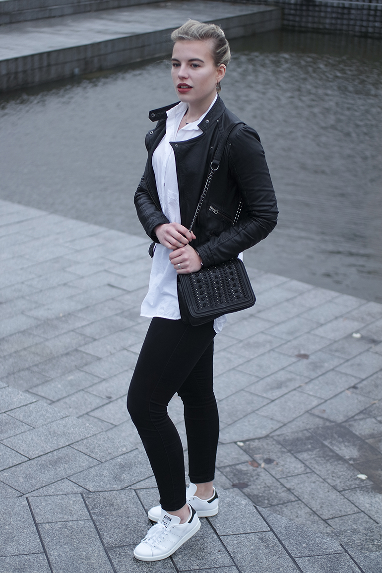 RED REIDING HOOD: Fashion blogger wearing adidas stan smith sneakers white oversized shirt zara outfit