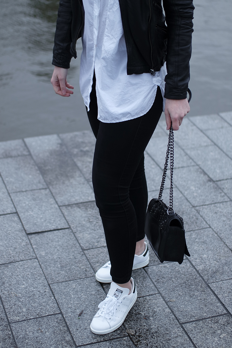 RED REIDING HOOD: Fashion blogger wearing black skinny jeans adidas stan smith sneakers white oversized shirt outfit details