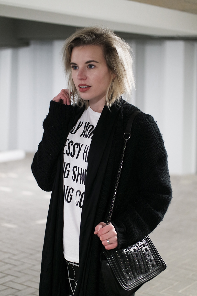 RED REIDING HOOD: Fashion blogger wearing chunky knit cardigan outfit details hip voor de heb T-shirt