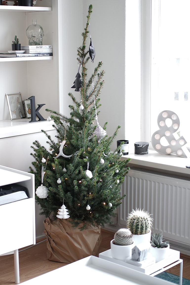 RED REIDING HOOD: Fashion blogger scandinavian christmas tree black white interior geometric balls paper inspiration