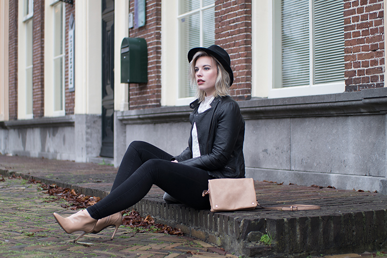 RED REIDING HOOD: Fashion blogger wearing guess beige ankle boots outfit leather jacket fedora hat