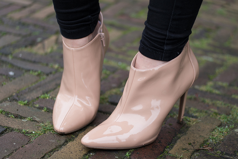 RED REIDING HOOD: Fashion blogger wearing beige nude guess shoes ankle boots outfit details