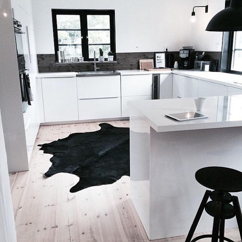 1RED REIDING HOOD: Plain black cowhide rug minimal interior scandinavian style kitchen black and white