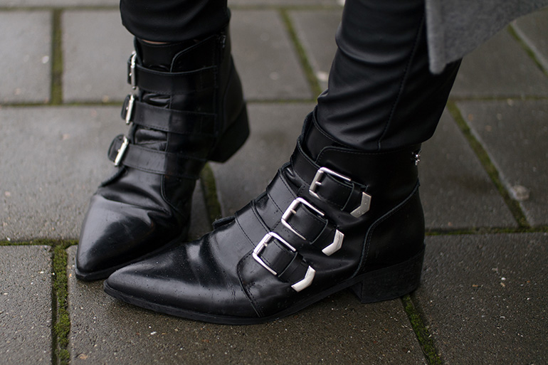 RED REIDING HOOD: Fashion blogger wearing supertrashh pointy ankle boots buckles outfit details