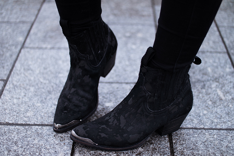 RED REIDING HOOD: Fashion blogger wearing sendra western cowboy ankle boots outfit details