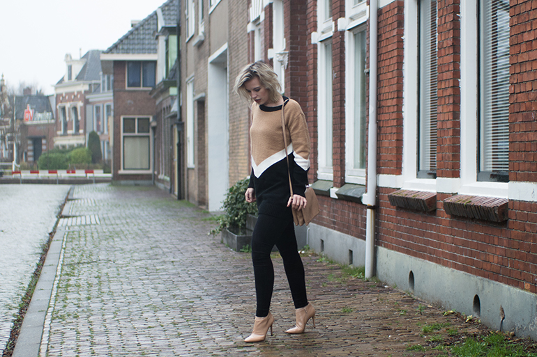 RED REIDING HOOD: Fashion blogger wearing beige ankle boots Guess outfit oversized jumper Forever21