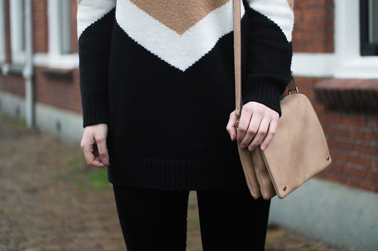 RED REIDING HOOD: Fashion blogger wearing black white beige oversized jumper forever21 trio bag outfit details