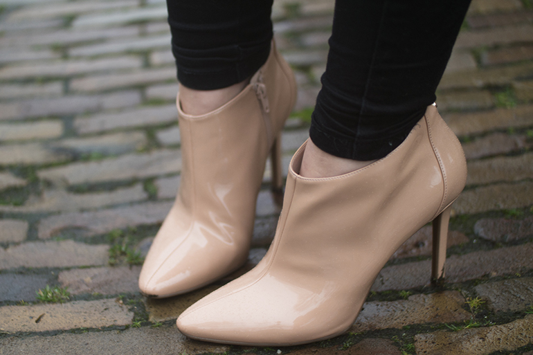 RED REIDING HOOD: Fashion blogger wearing guess beige ankle boots outfit details