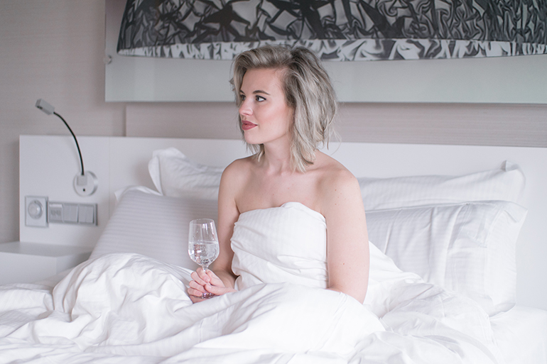 RED REIDING HOOD: Fashion blogger white crisp sheets bed hotel pullman eindhoven cocagne deluxe room queen size bed review