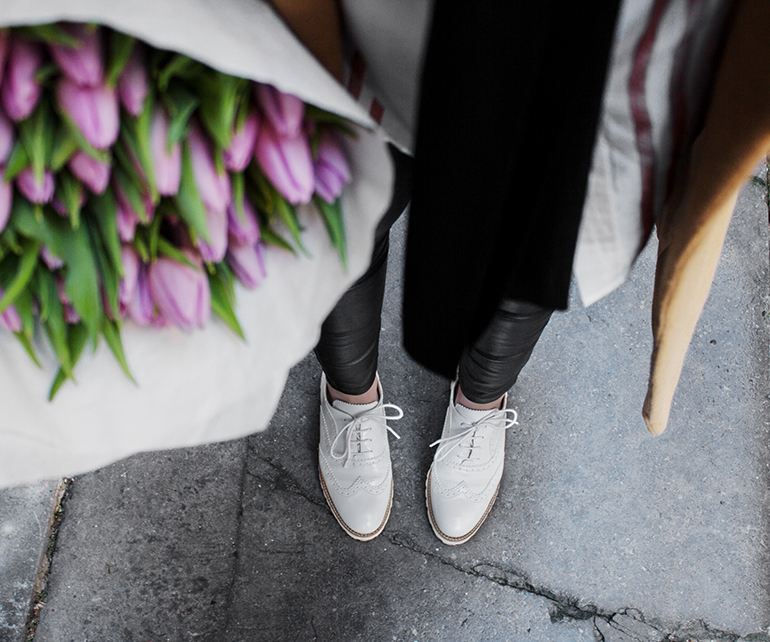 RED REIDING HOOD: Fashion blogger wearing brogue shoes outfit details tulips leather pants