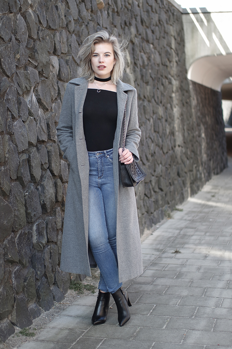 RED REIDING HOOD: Fashion blogger wearing long coat outfit off-shoulder top choker necklace blue high waist jeans