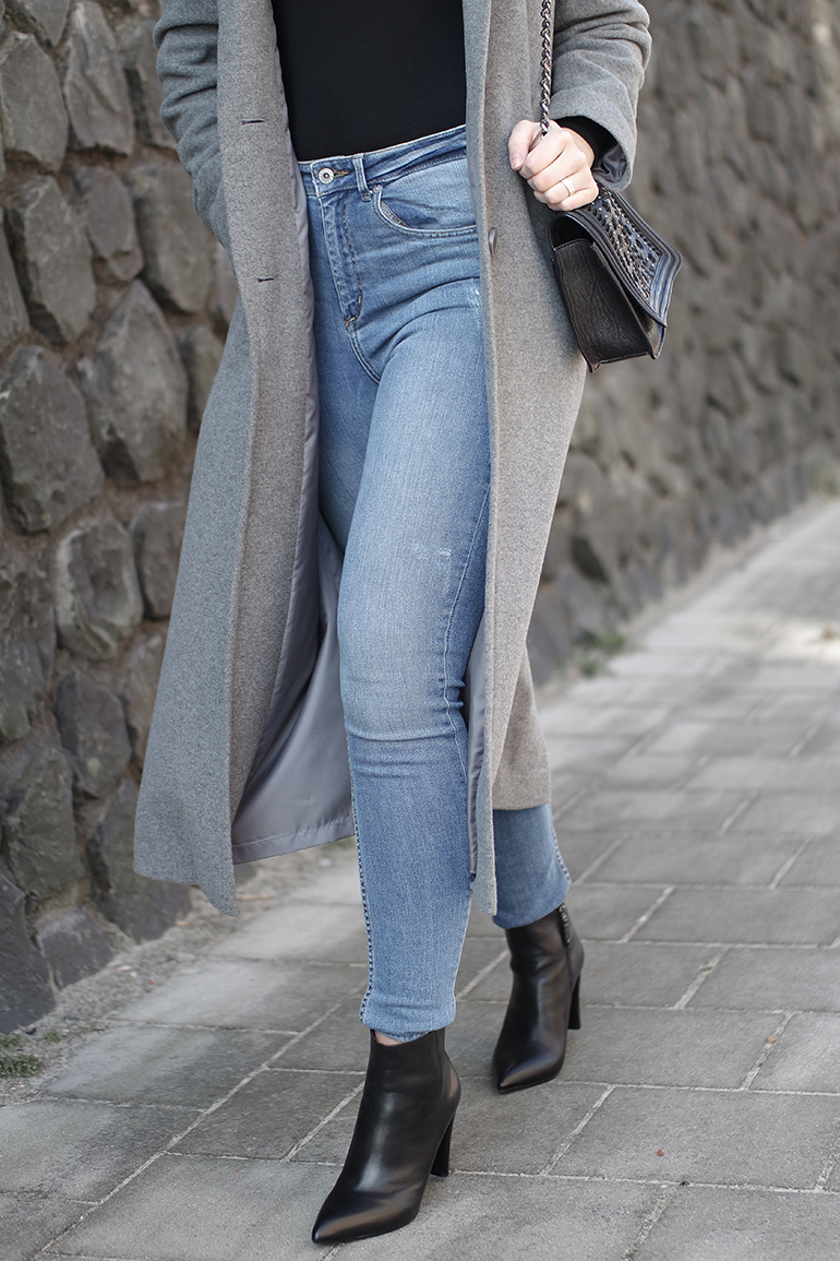 RED REIDING HOOD: Fashion blogger wearing blue high waisted jeans outfit details long grey coat ankle boots