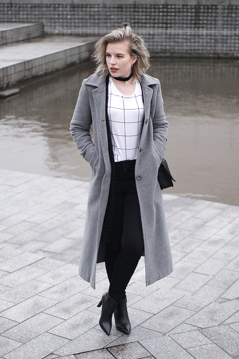 RED REIDING HOOD: Fashion blogger wearing grid check T-shirt outfit long coat