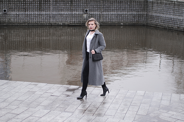 RED REIDING HOOD: Fashion blogger wearing long grey coat grid check T-shirt scapino outfit