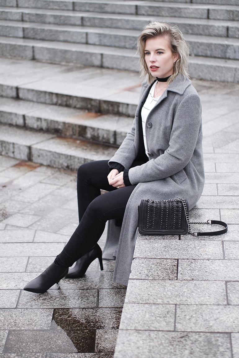 RED REIDING HOOD: Fashion blogger wearing long grey coat outfit velvet choker