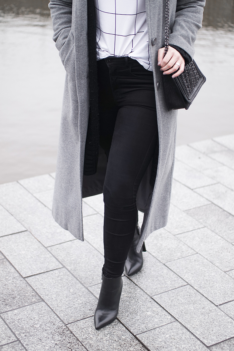 RED REIDING HOOD: Fashion blogger wearing high waist skinny jeans grid check print T-shirt outfit details long coat