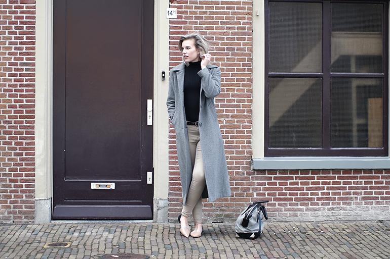 RED REIDING HOOD: Fashion blogger wearing long grey coat Ashley Brooke OTTO beige jeans jacqueline de yong outfit