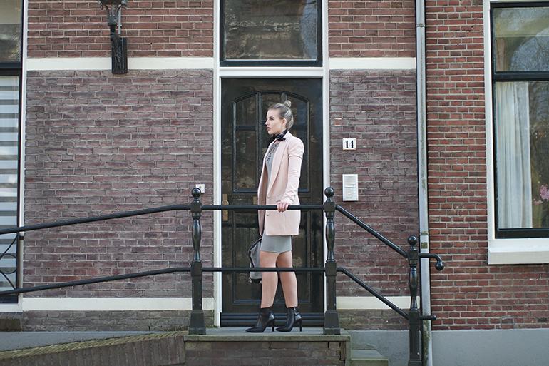 RED REIDING HOOD: Fashion blogger wearing long boyfriend blazer powder pink supertrash moderood outfit omoda ankle boots