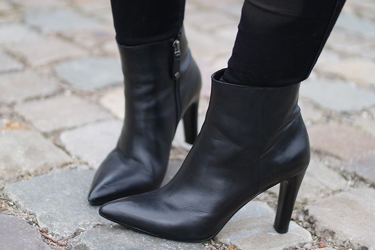 RED REIDING HOOD: Fashion blogger wearing point toe ankle boots outfit details