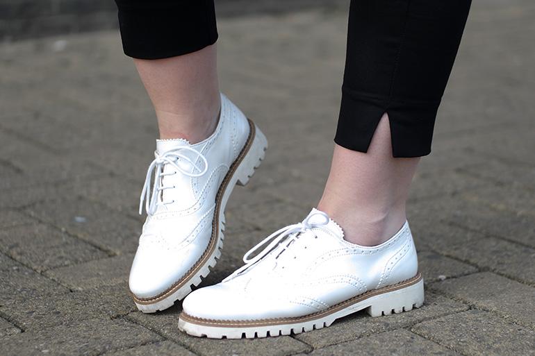 RED REIDING HOOD: Fashion blogger wearing white lace up shoes omoda veterschoenen