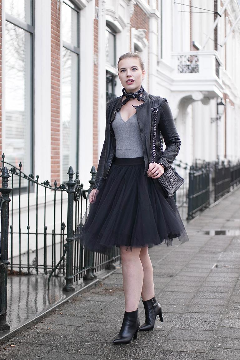 RED REIDING HOOD: Fashion blogger wearing gesponnen suiker petticoat black tulle skirt outfit leather jacket paisley bandana