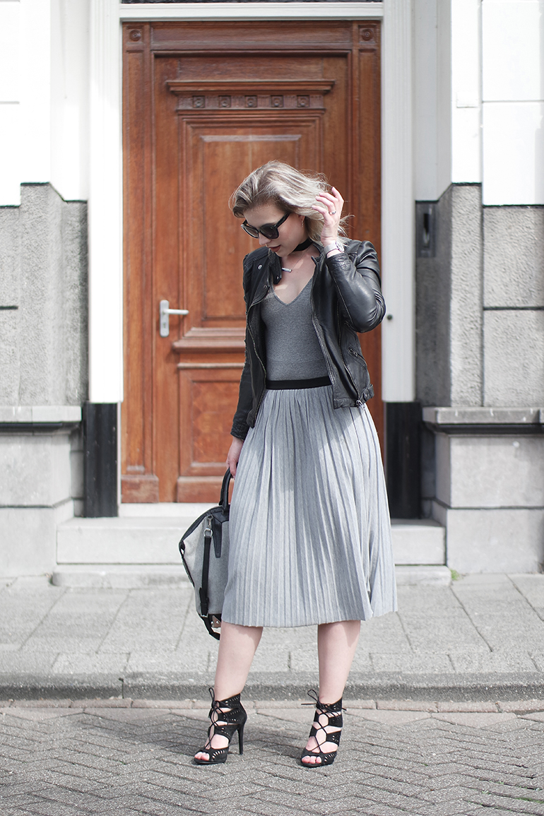 RED REIDING HOOD: Fashion blogger wearing pleated skirt outfit