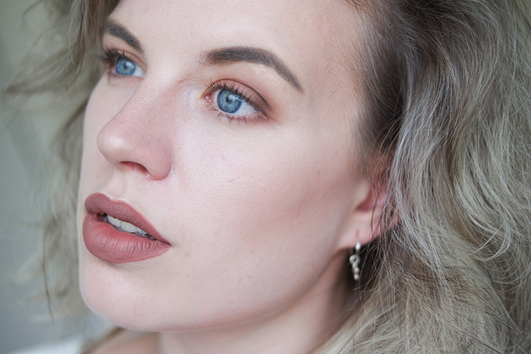 RED REIDING HOOD: Beauty blogger review Kat Von D Everlasting Liquid Lipstick Bow 'N Arrow swatch on the lips full face