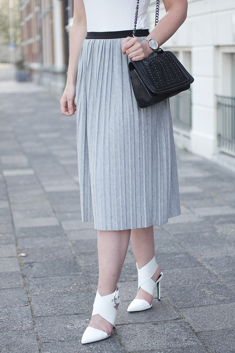 RED REIDING HOOD: Fashion blogger wearing jersey pleated skirt outfit zara white buckle heels