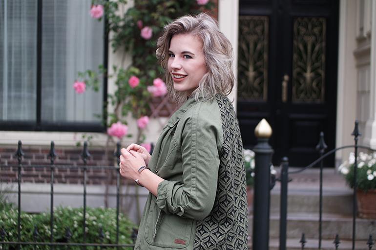 RED REIDING HOOD: Fashion blogger wearing Roxy jacket emrboidered back de skihut