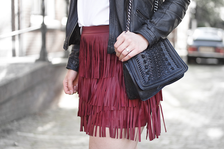 RED REIDING HOOD: Fashion blogger wearing leather fringe skirt H&M burgundy outfit details chain bag zara