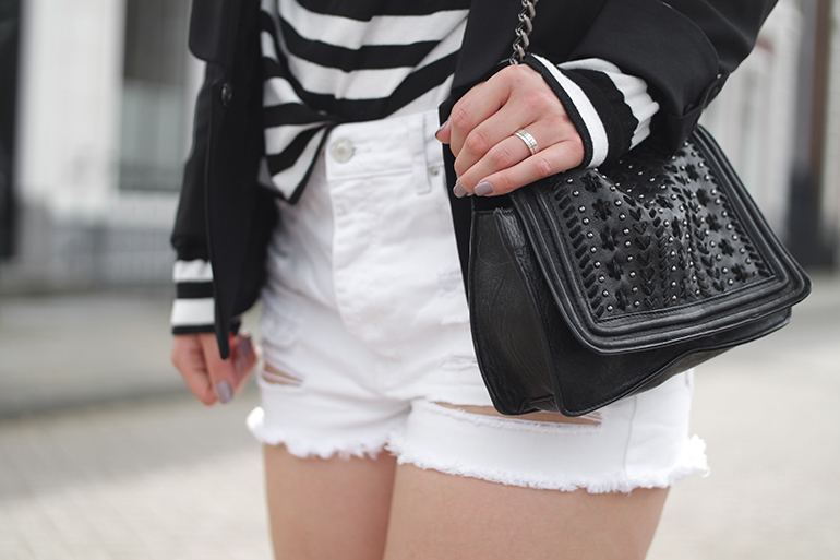 RED REIDING HOOD: Fashion blogger wearing white distressed high waist jeans outfit details chain bag
