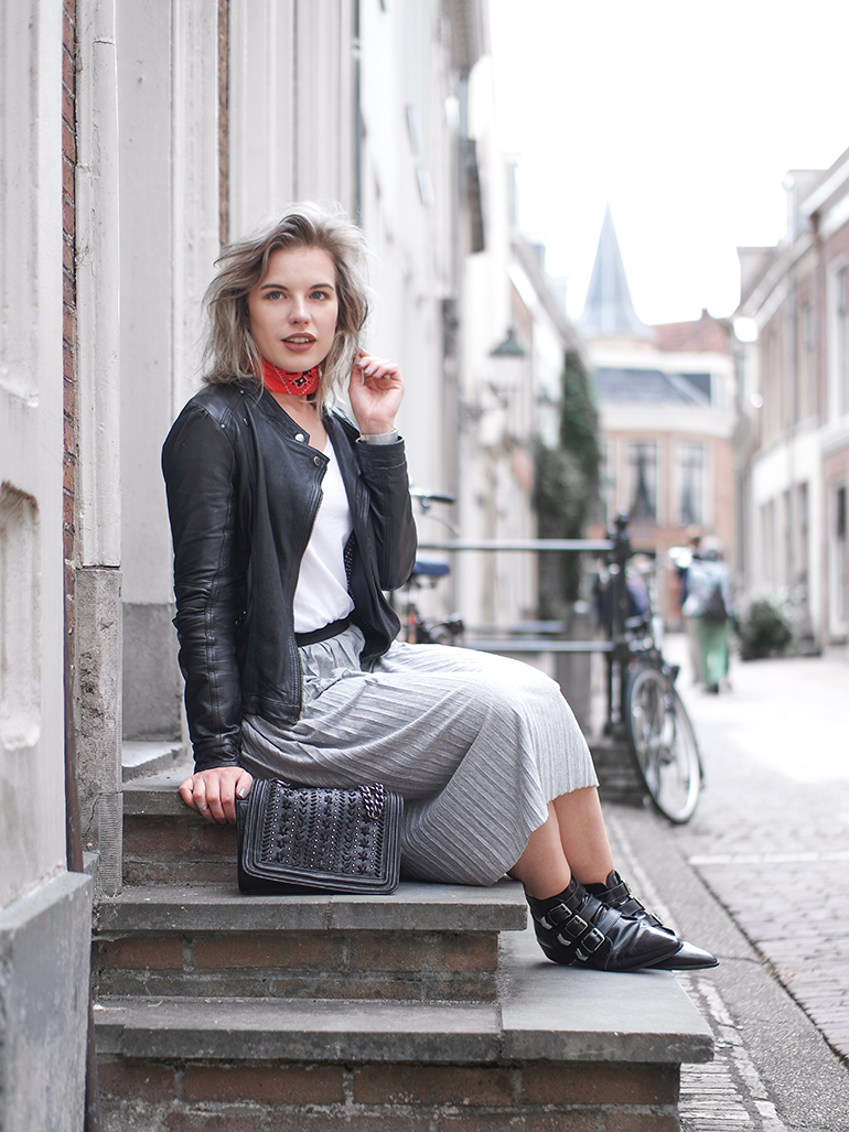 RED REIDING HOOD: Fashion blogger wearing grey pleated jersey skirt outfit leather jacket