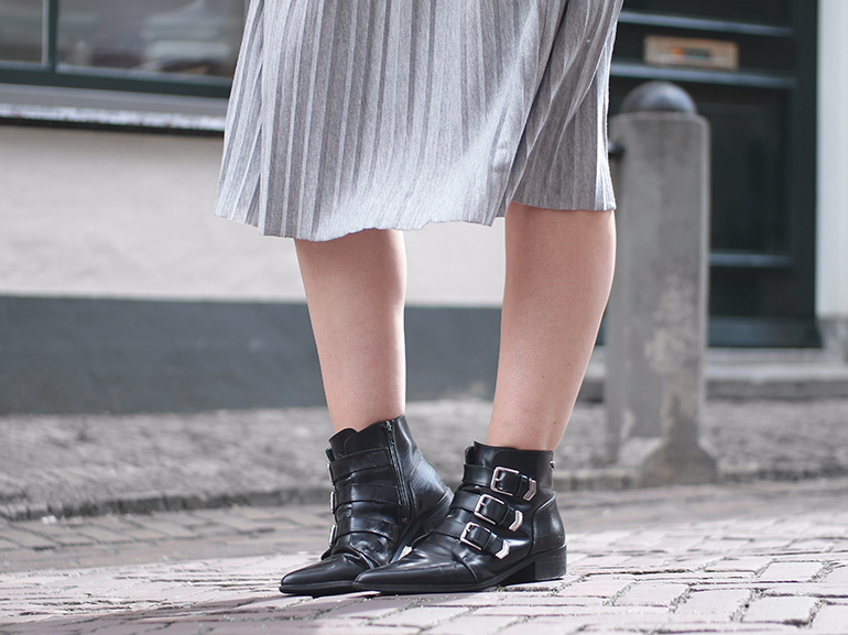 RED REIDING HOOD: Fashion blogger wearing Supertrash ankle boots