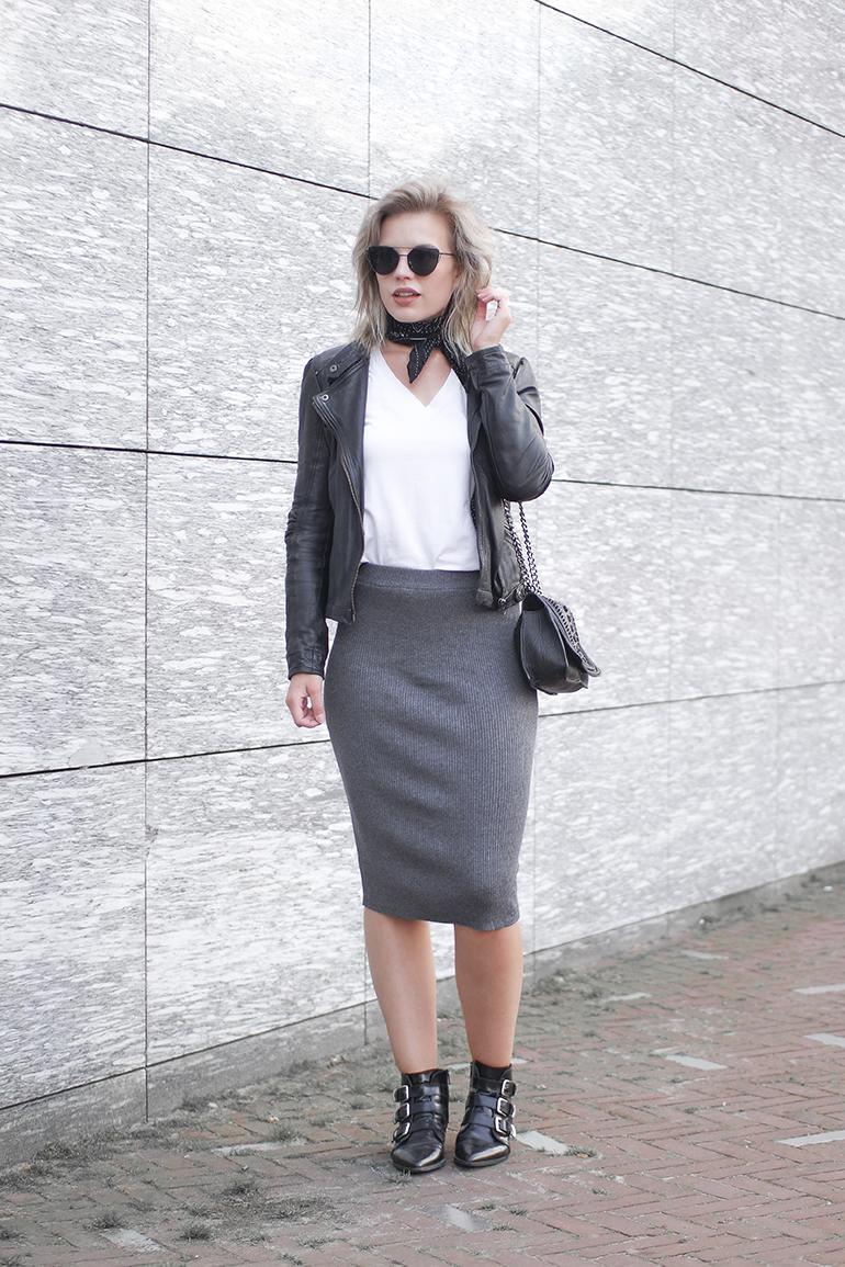 RED REIDING HOOD: Fashion blogger wearing rib knit midi skirt grey outfit bandana scarf