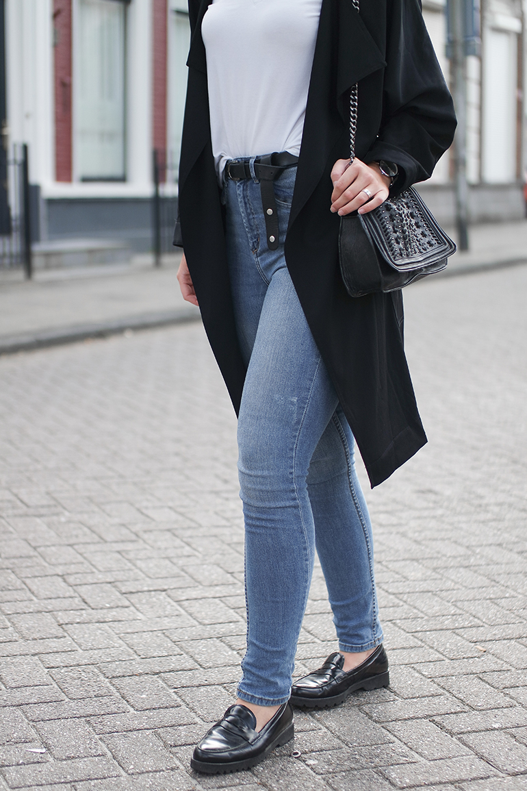 RED REIDING HOOD: Fashion blogger wearing high waisted blue jeans H&M outfit details black trench coat gabor loafers