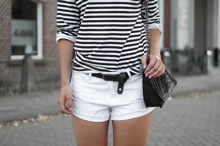 RED REIDING HOOD: Fashion blogger wearing white denim shorts one teaspoon outfit oversized striped top