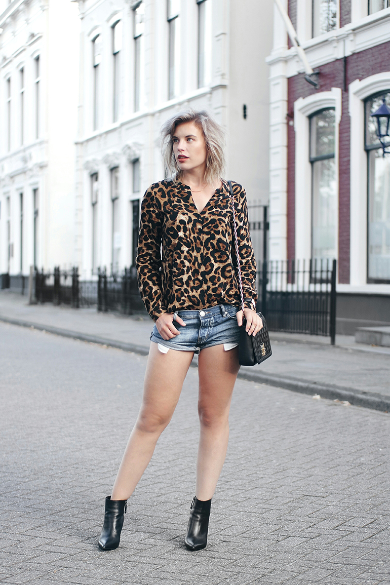 RED REIDING HOOD: Fashion blogger wearing luipaard blouse outfit one teaspoon bandits shorts