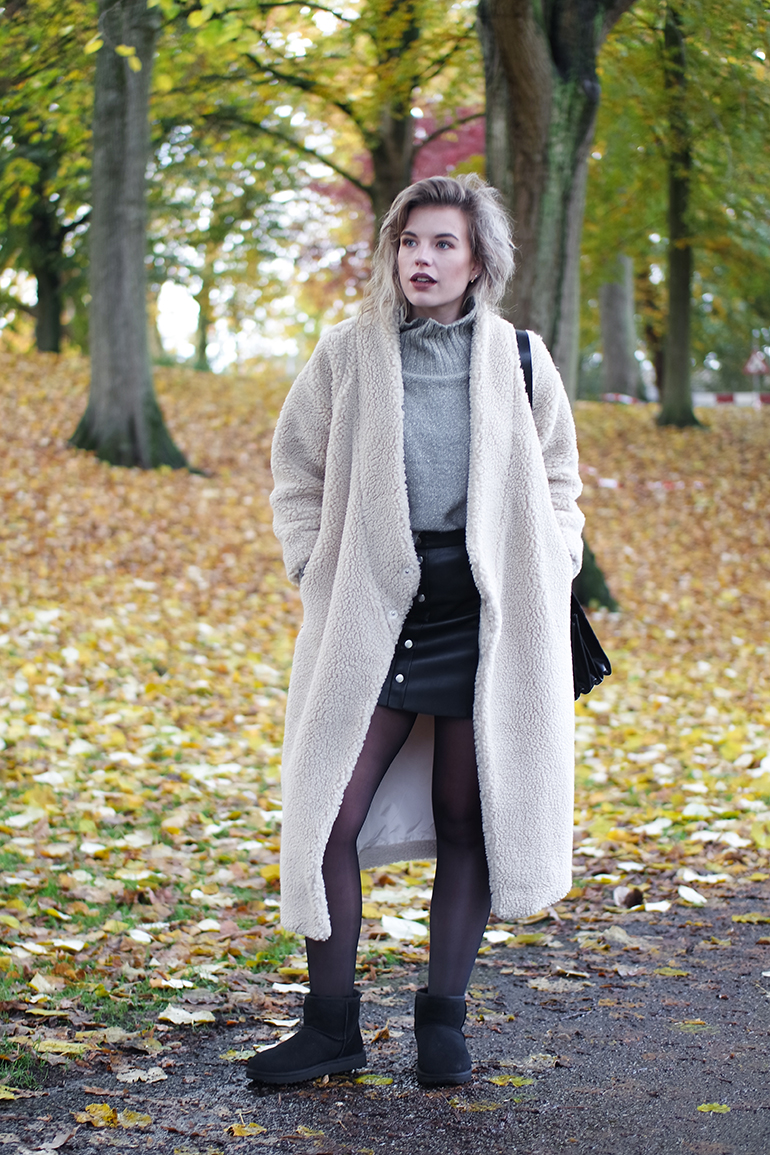 RED REIDING HOOD: Fashion blogger wearing UGG classic II mini teddy coat