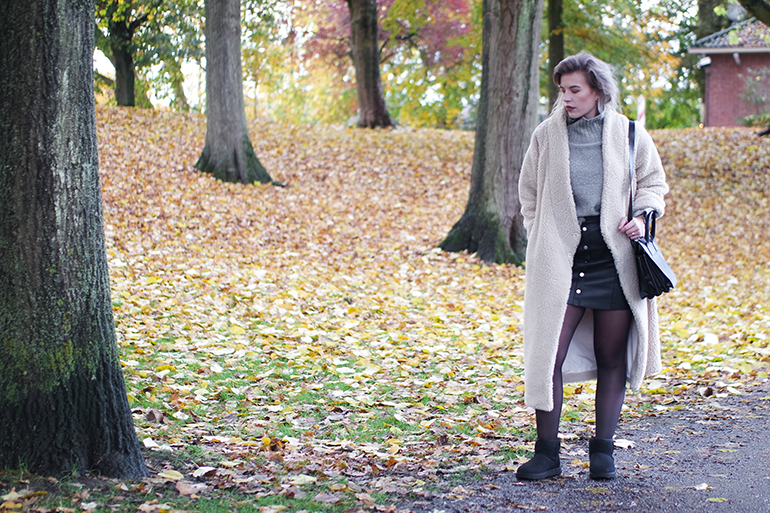 RED REIDING HOOD: Fashion blogger wearing UGG mini boots classic II outfit teddy coat