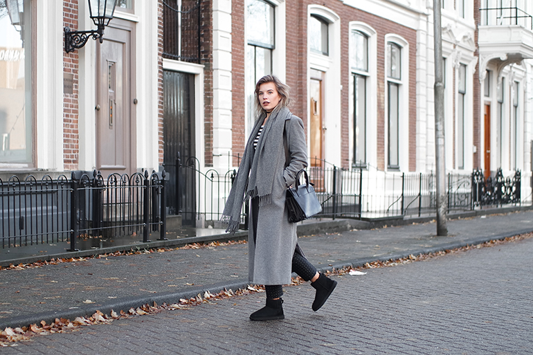 RED REIDING HOOD: Fashion blogger wearing UGG classic mini II boots long grey coat