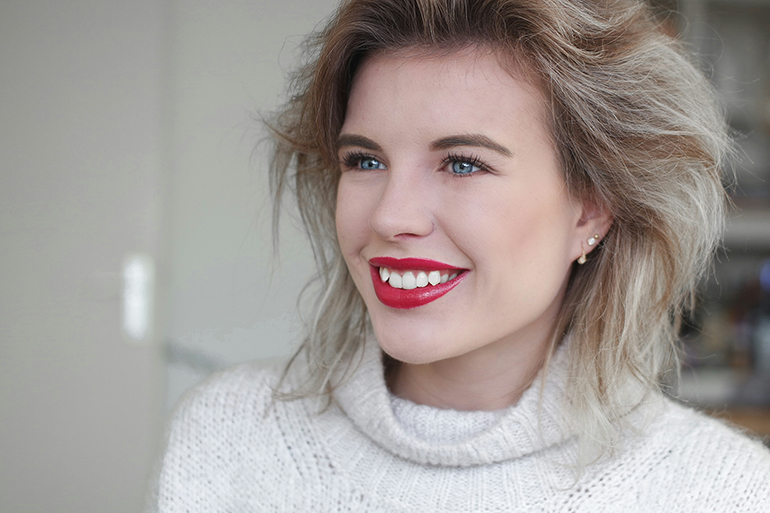 RED REIDING HOOD: Fashion blogger wearing red lipstick first date