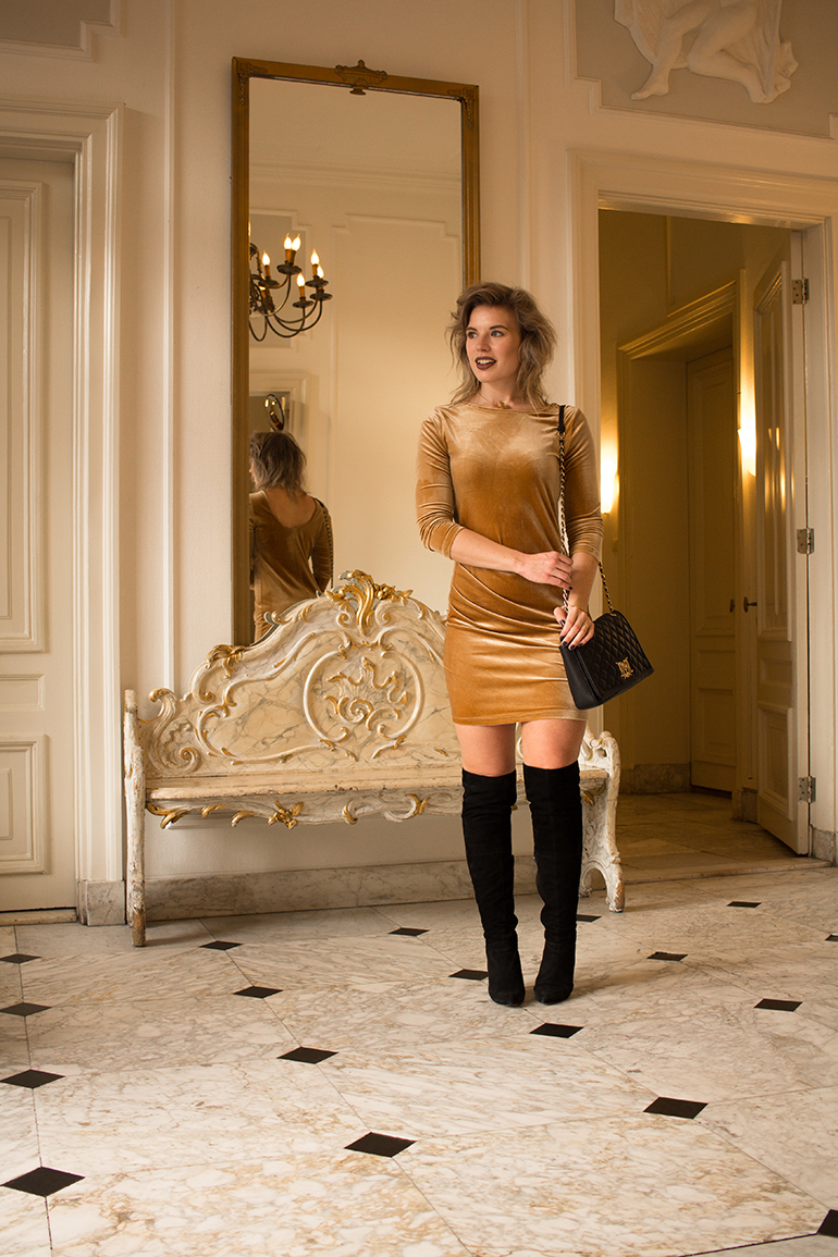 RED REIDING HOOD: Fashion blogger wearing gold velvet dress christine le duc fluwelen jurk