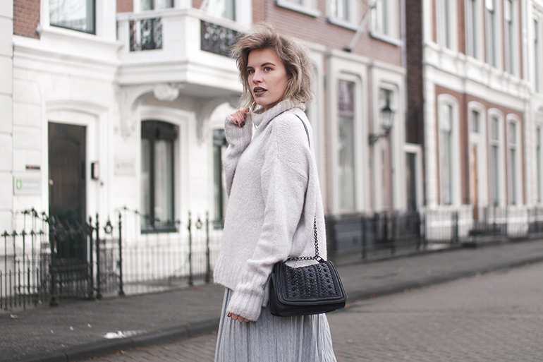 RED REIDING HOOD: Fashion blogger wearing oversized H&M turtleneck jumper outfit details pleated skirt