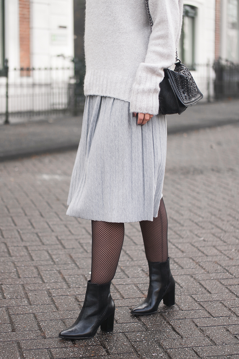RED REIDING HOOD: Fashion blogger wearing pleated jersey skirt fishnet tight outfit