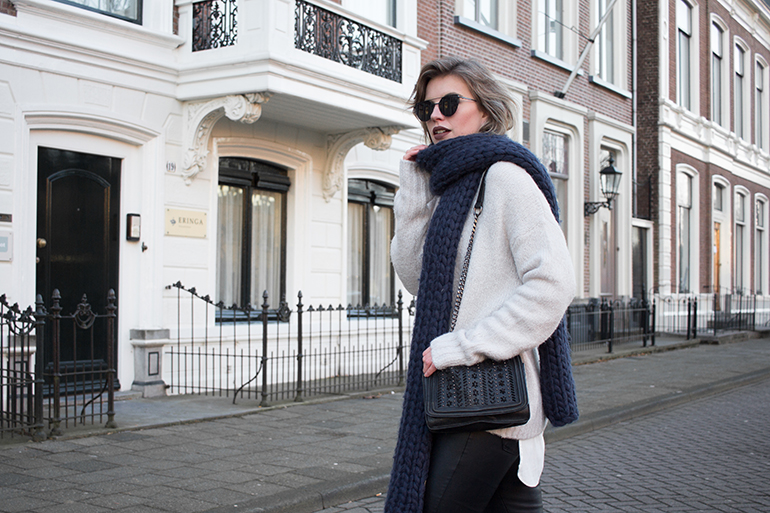 RED REIDING HOOD: Fashion blogger wearing oversized scarf gaastra sjaal