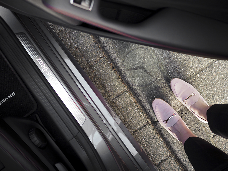 RED REIDING HOOD: Fashion blogger Merecedes-Benz logo light floor opening door